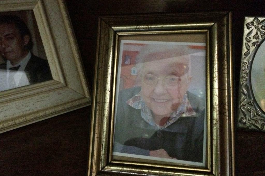 Fotografía de Tita en la habitación de mi abuela. Asturias, 2015 ©Sergio López