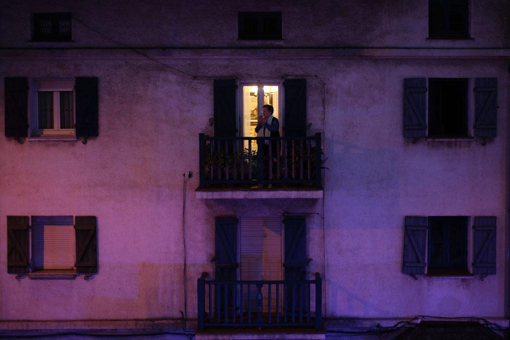 señora en balcón